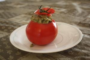 Dans une tomate évidé, célerie, tartinade et ciboulette.